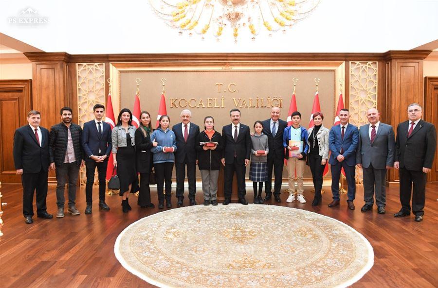 """""""Kooperatifçilik"""" konulu resim yarışmasında dereceye giren öğrenciler, Kocaeli Valimiz Sayın Hüseyin Aksoy tarafından ödüllendirildi."""